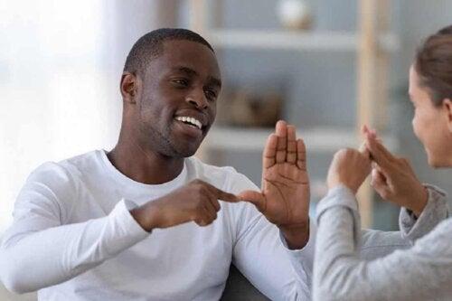 Comunicare con il linguaggio dei segni.