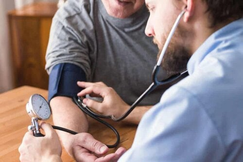 Biancospino: misurazione della pressione arteriosa.