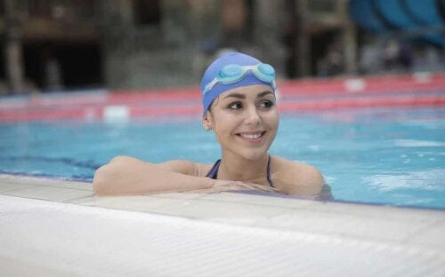 Nuotatrice sorridente.