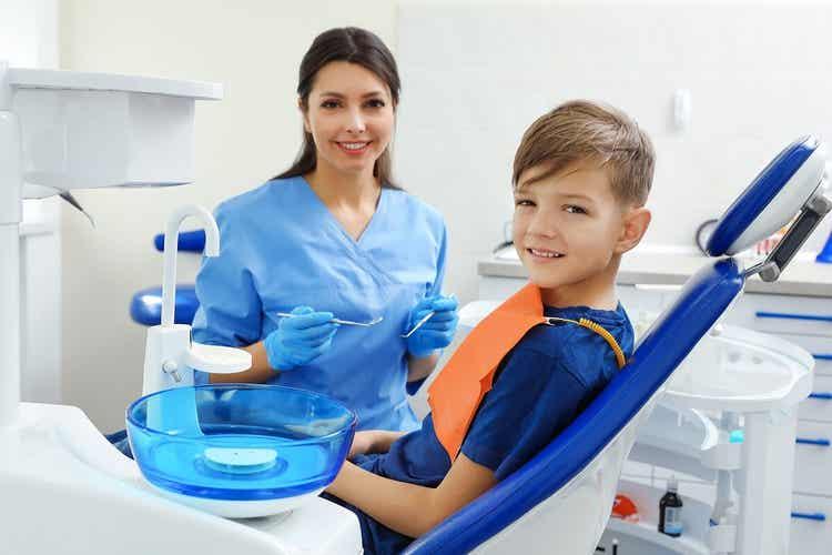 Bambino dal dentista per ortodonzia intercettiva.