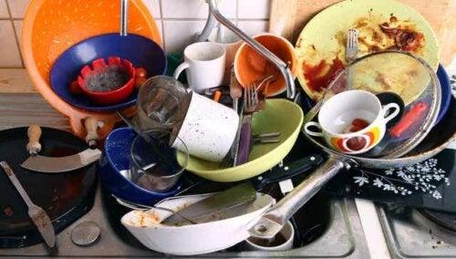 Mucchio di piatti sporchi.