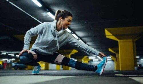 Prevenire le lesioni sportive: ragazza che fa stretching.
