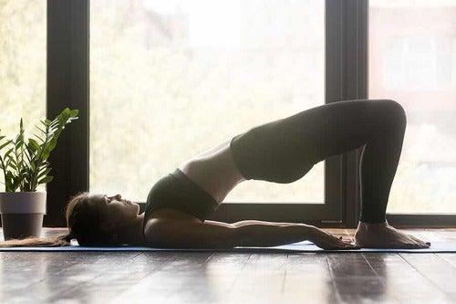 Ponte glutei nello yoga.