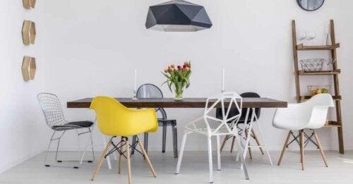 Tavolo della sala da pranzo con sedie differenti.