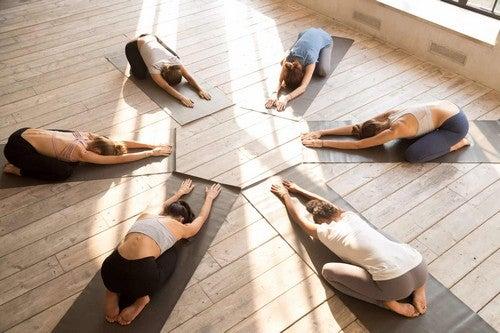 Sessione di yoga di gruppo.