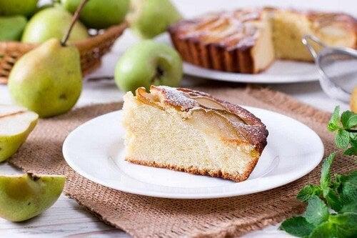 Una fetta di torta di pere.