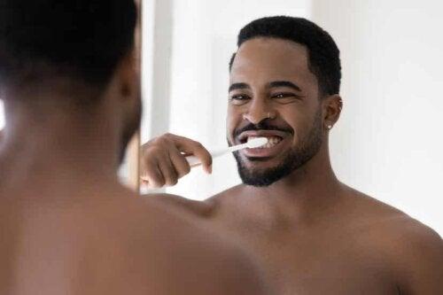Uomo che si lava i denti