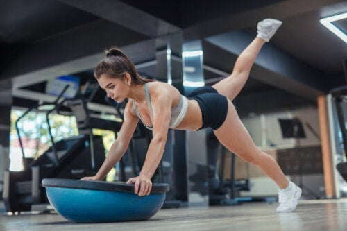 Bosu, 10 esercizi per tonificare e migliorare l'equilibrio